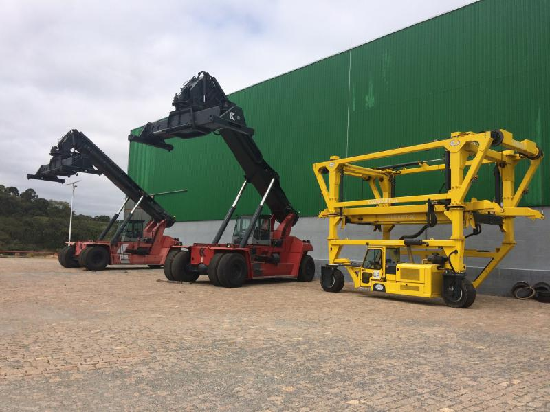 Empilhadeira de grande porte reach stacker